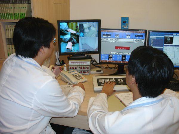 20071018放射師控制室-朱玉芬攝-2-600x450