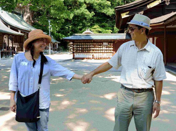 20160623-001Amy示範夫妻如何擺出互動pose臺灣攝護腺癌防治協會提供-600x447