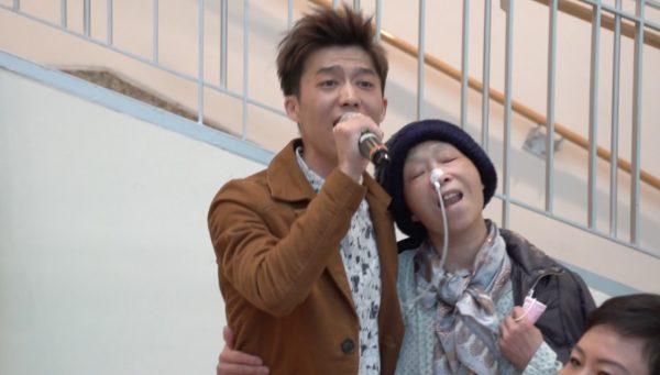 歌手胡耀君與在和信醫院住院中的媽媽合唱